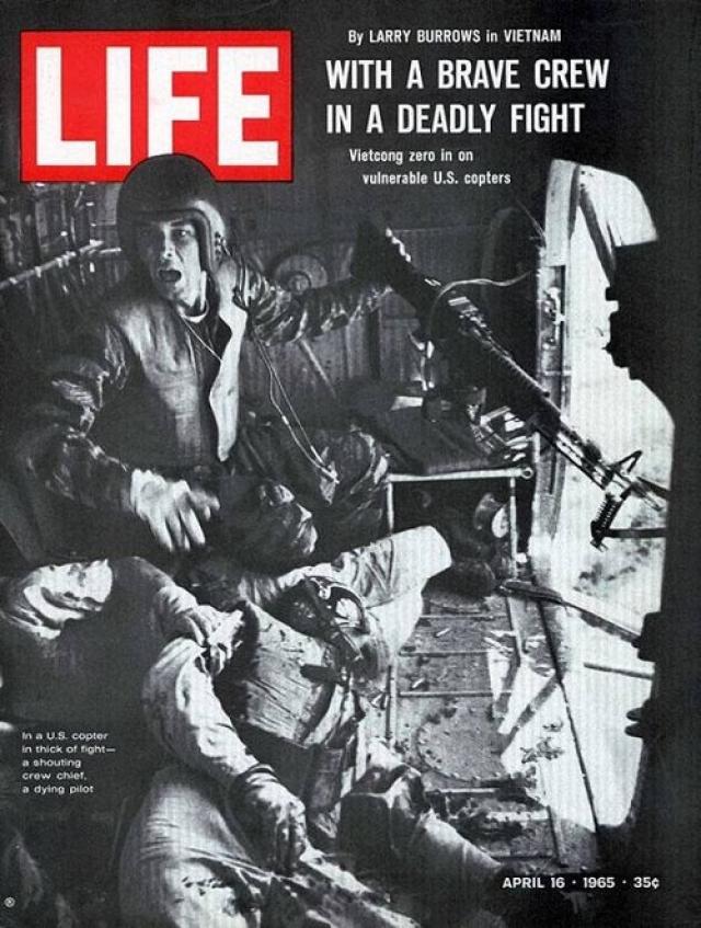 LIFE, апрель 1965. Черно-белая фотография сделана Ларри Берроузом в момент, когда солдаты в поднимающемся вертолете отстреливались от врагов.