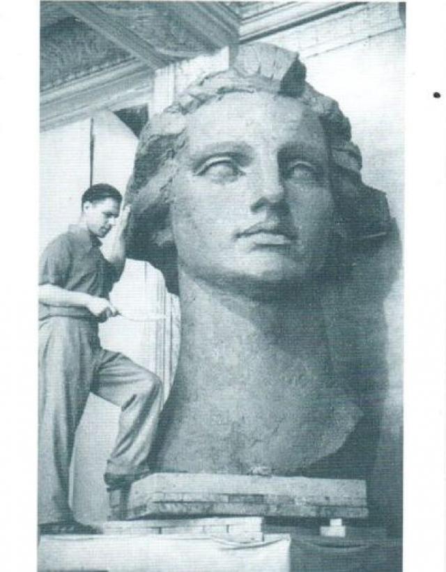 Скульптор Роберт Таурит после этих откровений сразу утвердил натурщицу. Однако стоит заметить, что Ленины в скульптуре только фигура, руки, складки на юбке. Чтобы зафиксировать руки в нужном положении, мастер давал девушке вафельное полотенце.