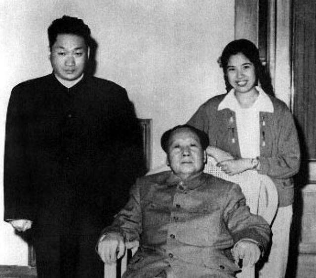 Ситуация изменилась в 1936 году, когда сыновей лидера китайских коммунистов переправили через Париж в Москву. Мао Аньцин изучал русский язык и по возвращении на родину получил скромную должность переводчика в ЦК Компартии Китая.