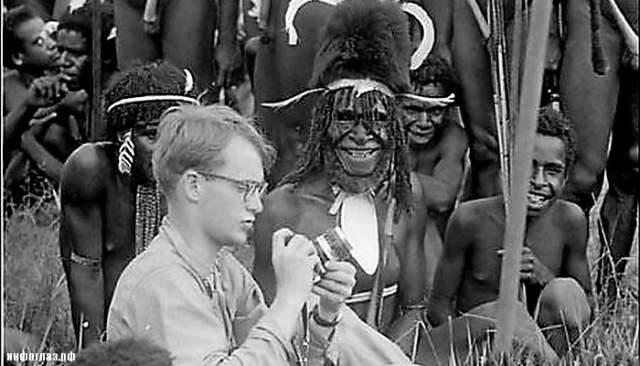 """Аборигены отговаривали Рокфеллера ехать туда (в этом племени бытуют суеверия, что душа человека переходит к тому, кто его убил и съел). Также шаман одного из племен сказал Рокфеллеру, что видит """"маску смерти"""" на его лице, но это не помогло отговорить ученого."""