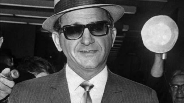 В деле фигурировало не только имя Джианканы, но также ходили слухи, что мафия сделала огромный вклад в предвыборную Джона Ф.Кеннеди, включая вбросы бюллетеней в Чикаго. Связь Джианканы и Кеннеди обсуждались все больше, и многие считали, что Фрэнк Синатра был посредником, чтобы отвести подозрения федералов. Вскоре дела пошли под откос из-за предложений, что мафия приложила руку к убийству Джона Кеннеди. Прожив остаток жизни в розыске ЦРУ и соперничающих кланов, Джианкана был застрелен в затылок, когда готовил еду в своем подвале. Было множество версий убийства, однако исполнитель так и не был найден.