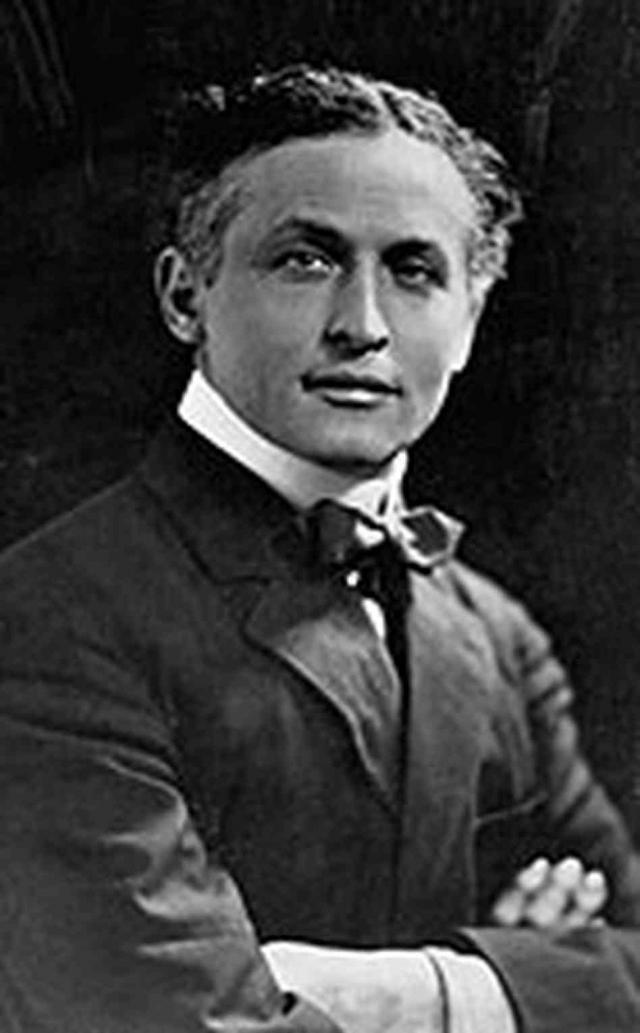 Гарри Гудини - Эрик Вайс. В 1892 году иллюзионист принял псевдоним Гудини, дань памяти французскому фокуснику Роберту Гудэну. Позже к фамилии добавилось имя Гарри в честь Гарри Келлара.