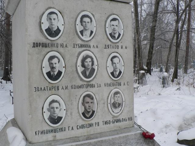 После трагедии злополучный перевал получил имя Дятлова. В память о погибших туристах там установлен мемориал.