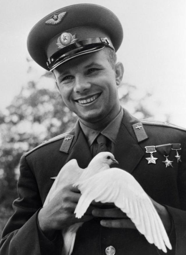 Во время визита в ГДР мальчишка подбежал к космонавту и подарил ему белого голубя, которого Юрий с благодарностью прижал к груди. Снимок в последствии стал легендарным.