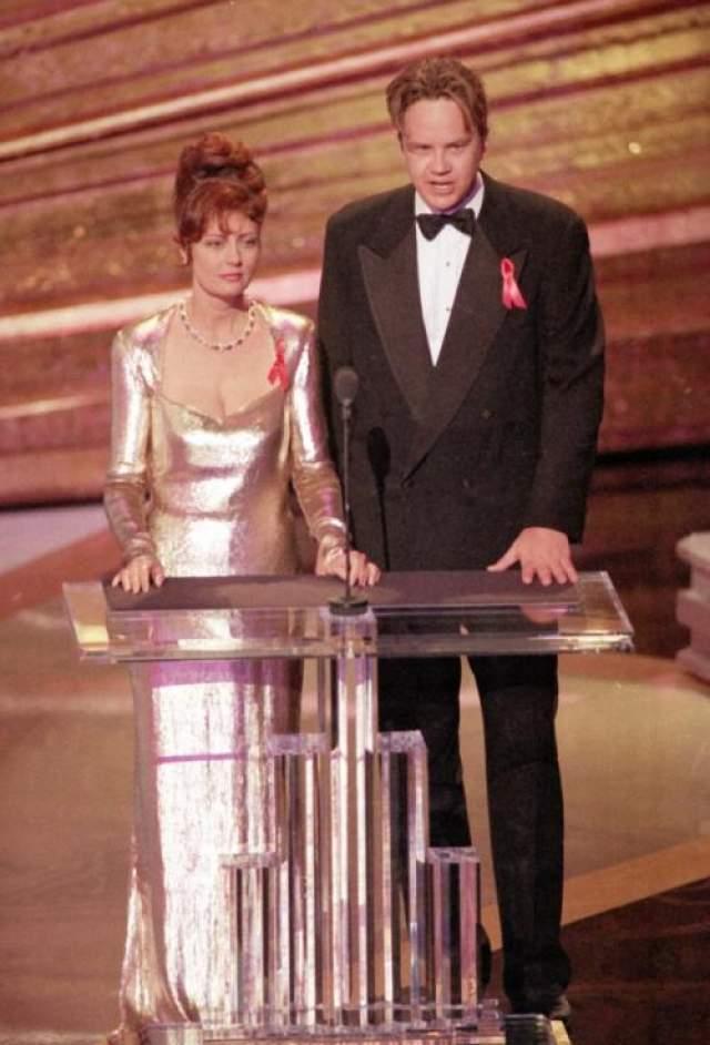 В 1993 году многих волновала ситуация в мире и в особенности политика. Пара телеведущих Сьюзан Сарандон и Тим Роббинс использовала сцену Оскара для того, чтобы высказаться в защиту прав людей на Гаити, а Ричард Гир в том же году яростно высказался против того, как Китай относится к Тибету. Сьюзан и Тим за свои слова были временно отстранены от церемонии, но уже в 1996 году Сарандон стала лучшей актрисой, а Роббинс - лучшим актером второго плана в 2004 году.