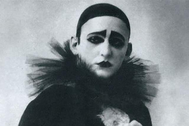 Александр Вертинский. Кумир эстрады первой половины XX века обладал весьма характерной внешностью и врожденным аристократизмом, которые он подчеркивал сценическими образами.