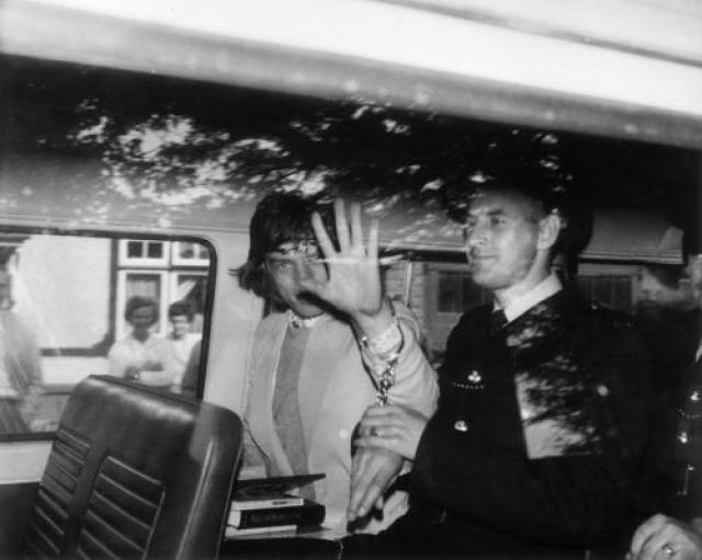 Мик Джаггер был арестован в 1967 году по обвинению в хранении наркотиков. Несколько граммов наркотического вещества обнаружили в машине рокера, когда тот ехал в загородный дом Кита Ричардса.