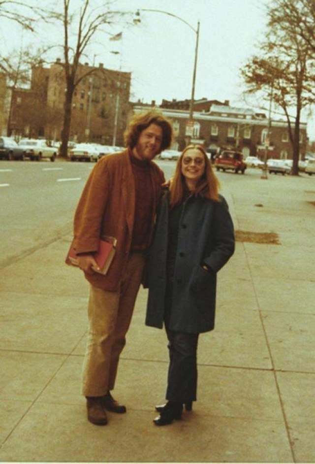Билл и Хиллари Клинтон Поженились в 1975 году. Как и Ангела Меркель. 42-й президент США Билл Клинтон познакомился со своей будущей супругой и первой леди на студенческой скамье - в Йельском университете. На фото: Билл Клинтон и Хиллари Родэм в годы студенчества.