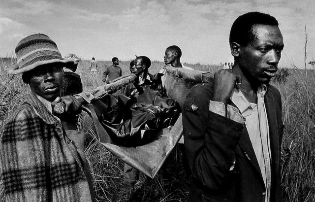 С ними прибыли около 10 журналистов. 9 апреля они вместе с солдатами добрались до психиатрической клиники в Кигали, где в это время был заблокирован персонал, состоящий из европейцев. В этом же госпитале три дня укрывались от расправы несколько сотен людей из народности тутси.
