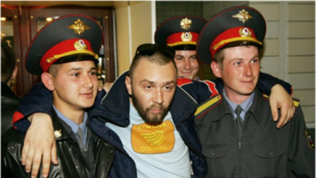 Сергей Шнуров также известен любовью к выпивке, несколько раз его выводила милиция с собственных концертов.