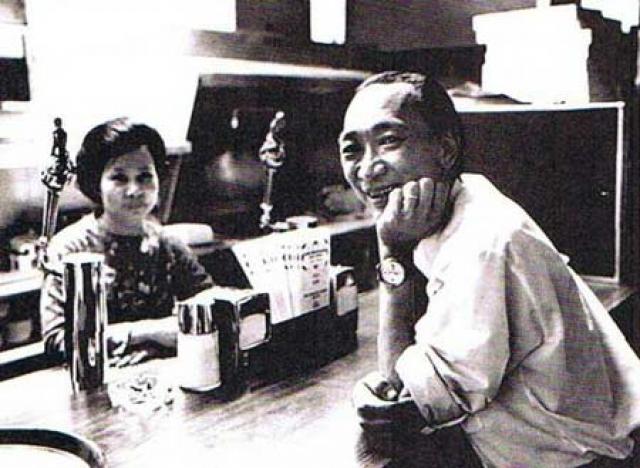 """В 1975 году бывший генерал оставил Вьетнам и поселился в Виржинии, где открыл маленькую пиццерию. Но фотография продолжала преследовать его: на двери его ресторанчика стали появляться надписи типа """"Мы знаем кто ты такой"""", """"Убийца!"""" и так далее. Бизнес пришлось закрыть. В 1998 году Нгуен Нгок Лоан умер от рака."""