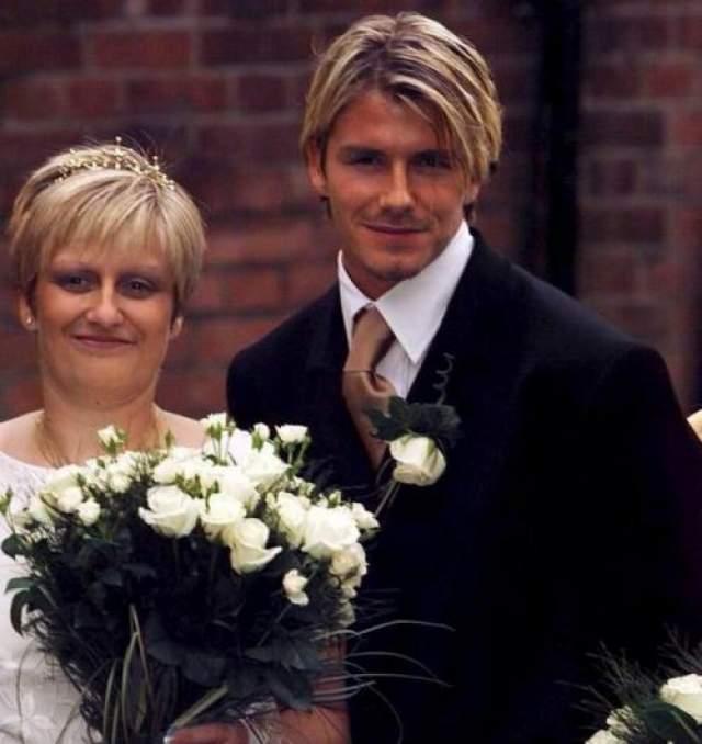 Дэвид Бекхэм Спортсмен игнорирует одну из своих сестер - старшую Линн, которая абсолютно не похожа на брата.