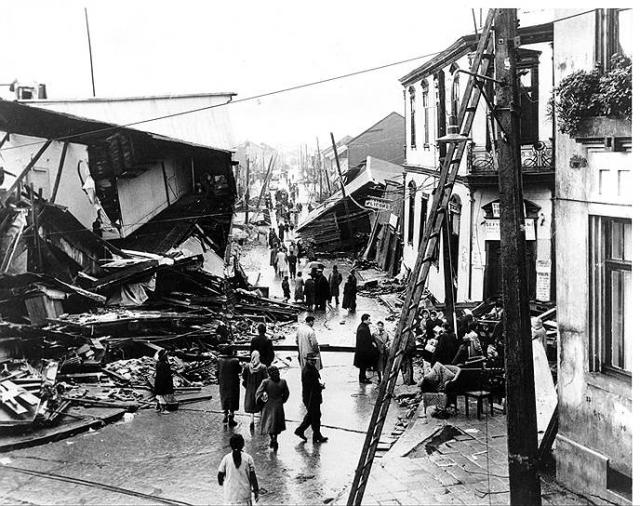 Великое чилийское землетрясение. 22 мая 1960 г. чилийский город Вальдивия был практически полностью уничтожен. Магнитуда землетрясения, по разным оценкам, достигала от 9,3 до 9,5 по шкале Рихтера (самая высокая из всех когда-либо зарегистрированных в мире). Ущерб в ценах 1960 г. составил около полумиллиарда долларов.