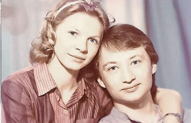При этом Гальцев женат уже почти 30 лет на другой актрисе, Ирине Ракшиной. С 24-летней пермячкой, окончившей Российский государственный институт сценических искусств, Гальцев познакомился на работе.