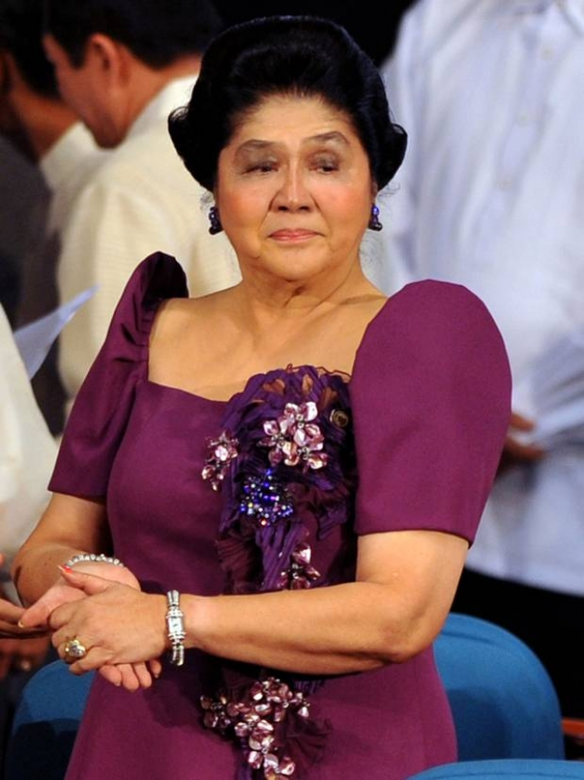 Наконец народ не выдержал: в 1986 году Фердинанд Маркос был свергнут и изгнан вместе с супругой из страны. Спустя пять лет Имельде разрешили вернуться: она запустила собственную коллекцию модной одежды и даже пыталась баллотироваться в филиппинский парламент в 2010 году.