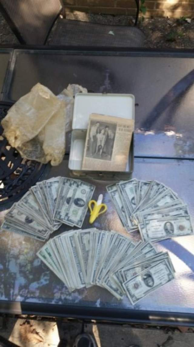 Пара затеяла ремонт в своем жилище. При перепланировке в стенах жилища они нашли два ланчбокса, в которых лежали свертки газет 1951 года, внутри которых находились аккуратно сложенные банкноты.