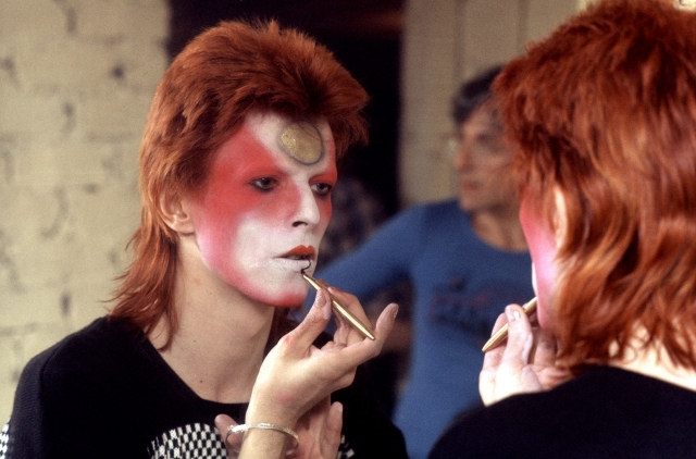 Дэвид Боуи. Один из первых любителей мужского макияжа экспериментировал с гримом всевозможными путями.