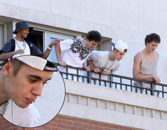 После того, как Джастина Бибера сняли плюющем на фанаток под балконом отеля, многие поклонники перешли в армию его хейтеров.