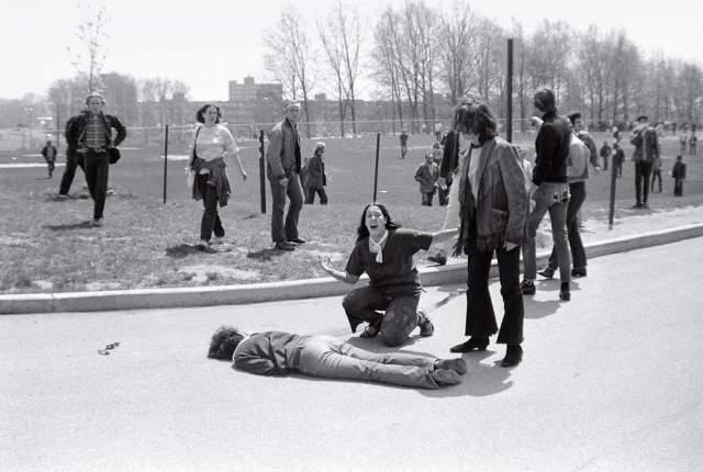 Расстрел в штате Кент, Джон Пол Фило, 1970. 4 мая 1970 года студенты Кентского университета устроили акцию протеста против вторжения войск в Камбоджу. Власти объявили об отмене митинга. Для разгона демонстрантов прибыло подразделение Национальной гвардии Огайо. Гвардейцы открыли огонь по толпе - погибли четыре студента, еще девять были ранены.
