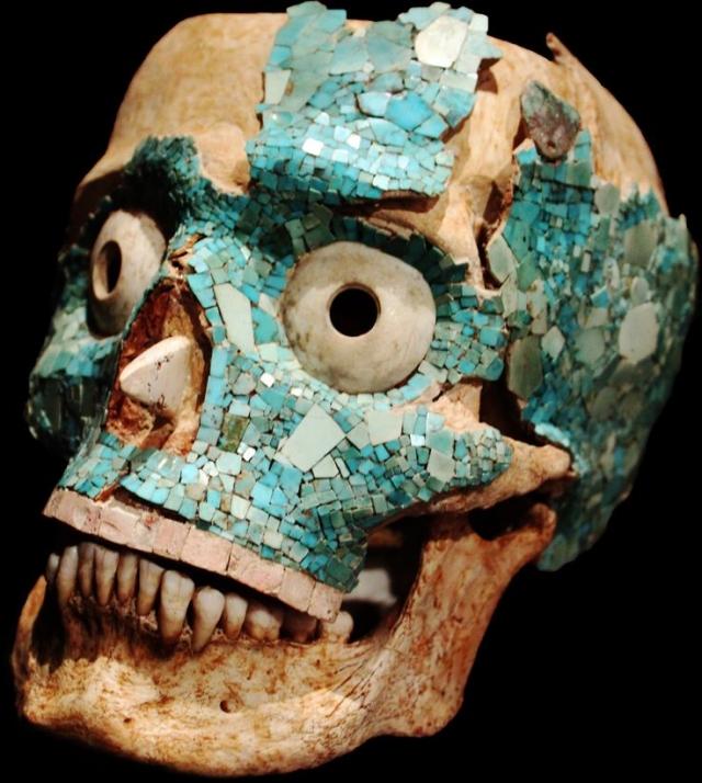 А самая загадочная находка из Монте-Альбана – украшенные бирюзой черепа, а также черепа из горного хрусталя.
