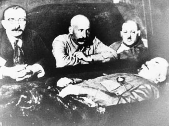Наступил март, но к этому времени немцы не успевают поставить и наладить работу установок, начинается процесс разложения, так как в день смерти Ленина профессором Абрикосовым было использовано обычное бальзамирование: через аорту была проведена инъекция нескольких литров спирта, формальдегида и глицерина.