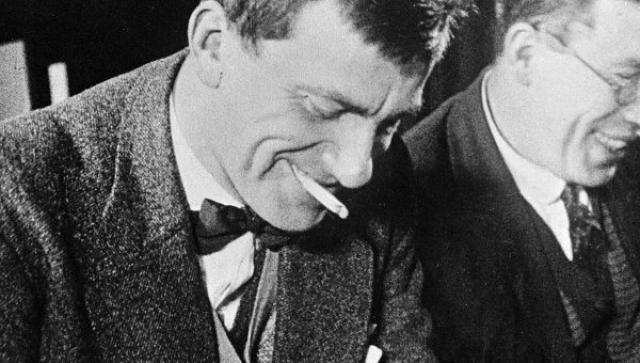 """Кстати, из-за своеобразной стихотворной """"лесенки"""", которую придумал сам Маяковский и которая впоследствии стала его визитной карточкой, многие коллеги обвиняли его в жульничестве: газеты платили гонорары именно за количество строк, а не знаков."""