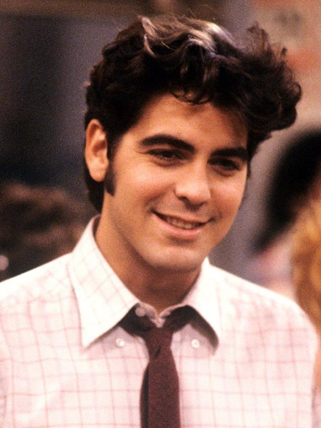 Джордж Клуни. Несмотря на то, что будущий актер родился в актерской семье, он начинал как страховой агент. Наверняка, ему удалось уговорить множество женщин застраховать все, что только возможно.