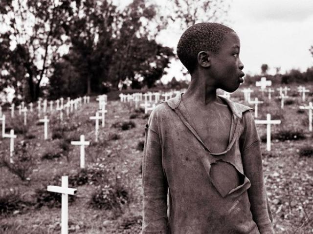 Многие повстанцы РПФ мстили за своих родственников, убитых за то, что их близкие служат в РПФ, и аналогичным образом истребляли семьи солдат правительственной армии и подозреваемых в членстве в интерахамве и импузамугамби.