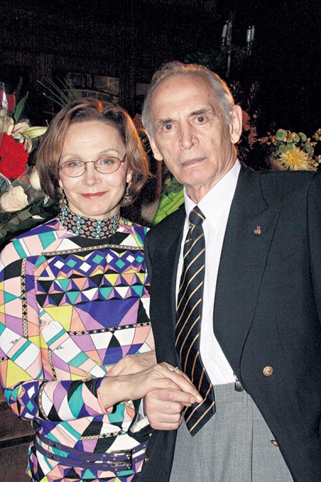 Со своей третьей женой – актрисой Ириной Купченко – он прожил в браке уже 42 года. Лановой давно хотел детей, но, несмотря на два брака, у него их не было – говорили, что первая жена Ланового избавилась от ребенка, а вторая погибла беременной.