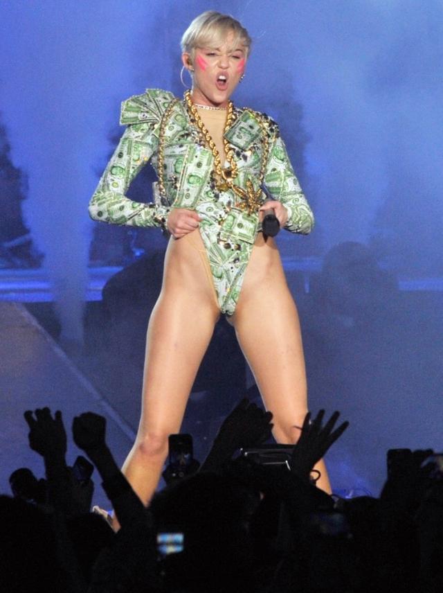 Концерты певицы Майли Сайрус в поддержку ее пластинки Bangerz в 2014 году выглядели, скорее, как шоу для взрослых, чем развлекательное мероприятие для фанатов всех возрастов