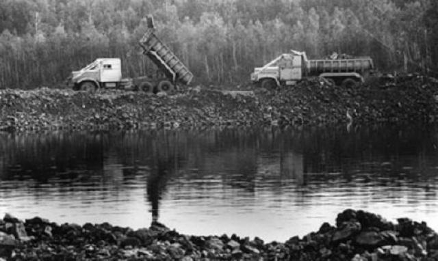 Жителям было сообщено о том, что в районе было обнаружено крупнейшее месторождение нефти, и им необходимо срочно переехать.