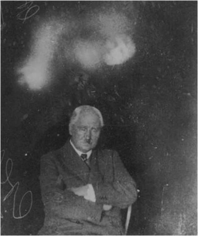 Исследователи полагают, что эти снимки были сделаны путем двойного экспонирования кадра (наложение одного изображения на другое), либо же в качестве призрака использовался некий манекен.