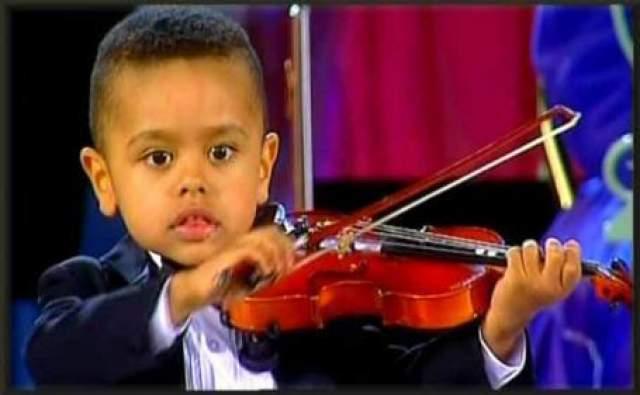 Его учитель сразу заметил невероятный музыкальный слух мальчика и принялся преподавать ему уроки по 2 раза в неделю. Кстати, благодаря своим исключительным способностям, Аким научился играть на скрипке всего за полгода и в возрасте 3-х лет уже выступил со скрипкой на рождественском концерте.