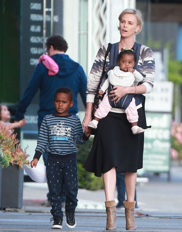 После развода с актером, Шарлиз усыновила еще и маленькую девочку и теперь является мамой-одиночкой двоих детей.