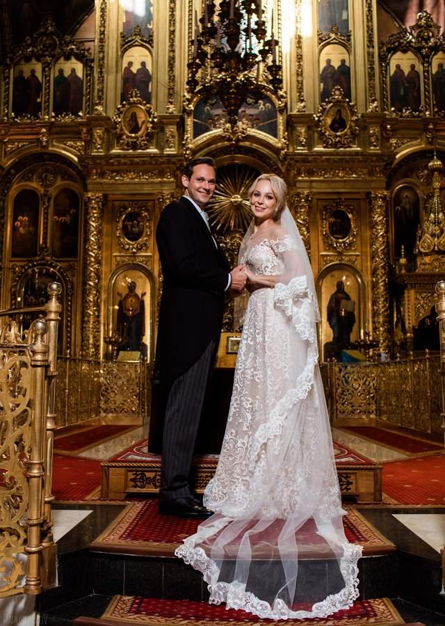 Ее избранником стал французский бизнесмен, и это все, что знают о нем СМИ. Также Ирина рассказывала в интервью, что она познакомилась с будущим мужем в Москве: он приезжал в российскую столицу с друзьями и их свела общая подруга.
