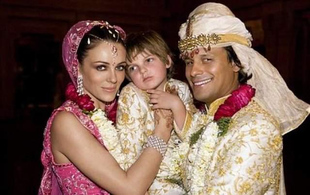 Элизабет Херли, 52 года. Муж - Арун Найар, индийский миллионер. Свадьбу ждали долго, так как жених был женат в тот период времени.Пара трижды праздновала бракосочетание: сначала гражданская регистрация брака, затем в церкви, а потом еще и в Индии - в соответствии с традициями мужа.