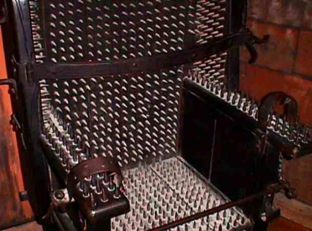 Стул Иуды. Страшное устройство появилось в средние века и использовалось в Европе до 1800-х годов. Жертвы усаживались на стул, покрытый 500 - 1500 шипами, и пристегивались жесткими ремнями.