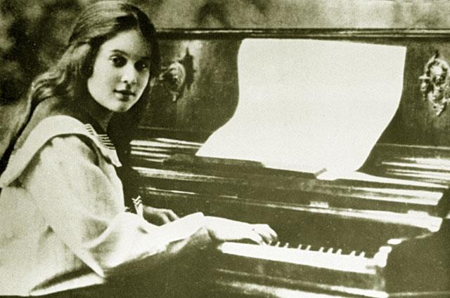 Родители же мечтали только, чтобы дочь стала профессиональной пианисткой, и, когда ей исполнилось семь лет, отдали ее в музыкальную школу.