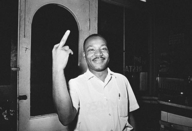 Мартин Лютер Кинг, показывающий неприличный жест.