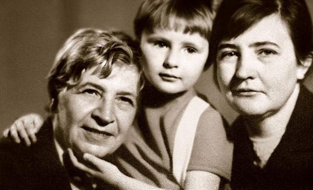 Между тем 12 февраля 1965 года у Виктории Софроновой родилась девочка от Шукшина. Виктория уже знала, что ее любимый встречается с другой женщиной, и тут же потребовала от него сделать окончательный выбор. Но ничего вразумительного Шукшин ей сказать так и не смог. И она его выгнала.
