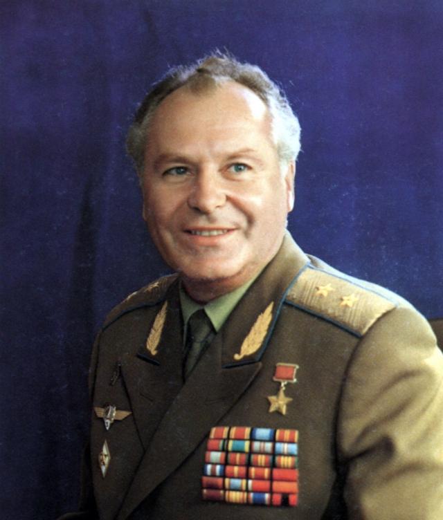 С 1968 по 1979 год занимал руководящие должности в нескольких военно-космических учреждениях. 31 января 1980 года получил степень кандидата военных наук. Позднее защитил докторскую диссертацию.