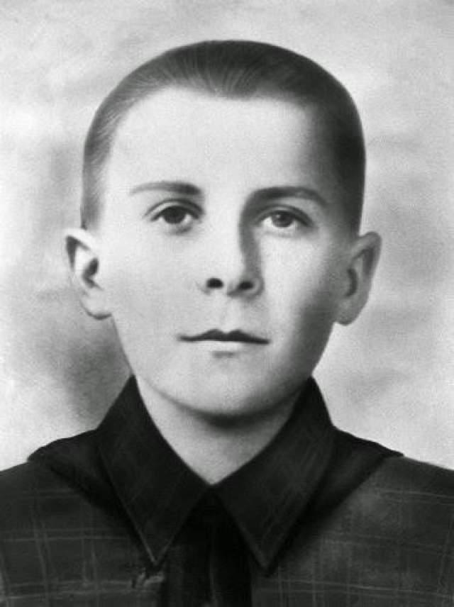 Марат Казей, 14 лет. В 1943 году, когда мальчику было 14 лет, он совершил свой первый подвиг.