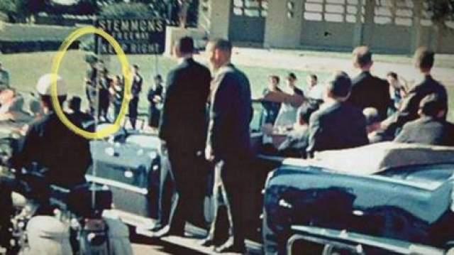 Человек с зонтом Еще одна таинственная фигура на фото - человек с зонтом. Его видно на нескольких видеозаписях и фотографиях.