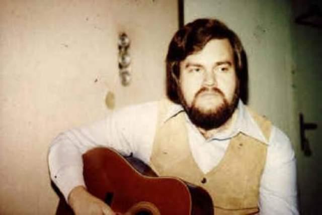 Страдающий от кровоподтеки Уотсон отправился на своем тракторе в больницу, но не справился с управлением, вылетел из кабины и приземлился сравнительно благополучно - но секундами спустя на невезучего музыканта приземлился его же трактор.