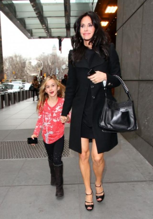 """""""Я беременею достаточно легко и быстро, но вынашивать малыша у меня не получалось. Приходилось ждать и пробовать снова"""" , рассказала актриса читателям журнала People. Кортни прибегла к процедуре ЭКО и родила дочь Коко в июне 2004."""
