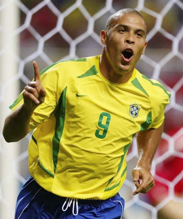 """Роналдо. Бразилец поквитался четыре года спустя в Японии. Из-за перебора желтых карточек лидер немцев Баллак пропустил финал. Без него Роналдо лихо разобрался с Германией, оформив дубль в финале, получив еще и """"Золотую бутсу""""."""