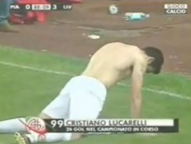 """Однако, в другой раз, забив гол, Кристиано сорвал футболку, постелил ее у лицевой и… изобразил секс. Непонятно только, почему его """"партнершей"""" стала именно футболка своего клуба. Видимо, экипировку соперника достать было проблематично."""