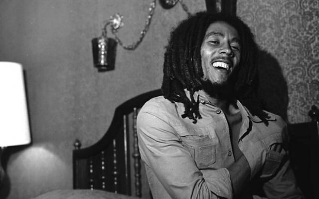 Боб Марли. Звезда рэгги был настоящей культовой фигурой на Ямайке, его политические и религиозные выступления публика воспринимала как откровения святого.