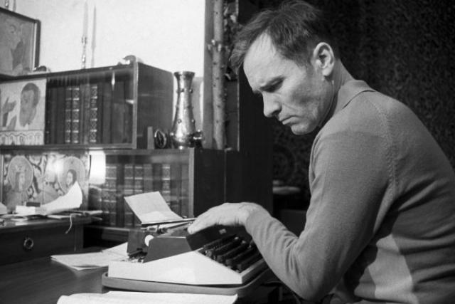 В начале 60-х одно за другим стали выходить в свет и литературные произведения Шукшина.
