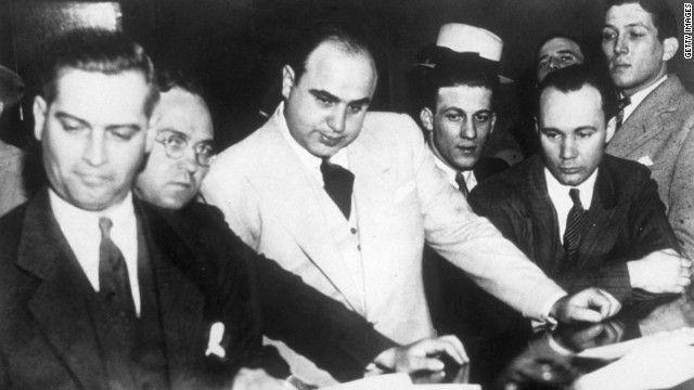 Только между 1924 и 1929 годами в Чикаго было застрелено более пятисот бандитов. Капоне беспощадно истребил ирландские банды О'Бэниона, Доуэрти и Билла Морана.